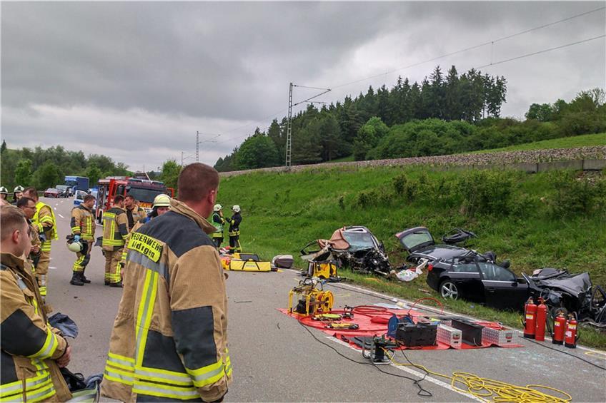 Schwerer Unfall Auf Der B14 Bei Aldingen 19 Jahrige Tot Saugling Verstirbt In Klinik