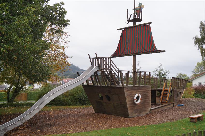 Morsches Holz: Das Piratenschiff am Schörzinger Kindergarten ...